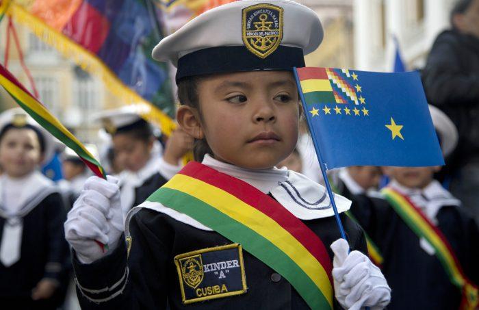 Una niña con vestimenta de marino participa en una manifestación en apoyo a la demanda marítima de Bolivia en La Paz, Bolivia. (AP Photo/Juan Karita) (Juan Karita / AP) (Chicago Tribune)